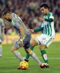 Benzema - Betis x Real Madrid (Foto: Cristina Quicler / AFP)