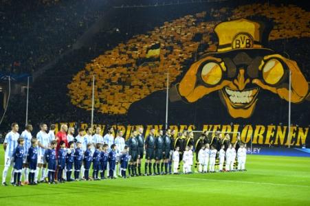 Mosaico da torcida do Borussia Dortmund - Borussia Dortmund x Malaga (Foto: Odd Andersen/AFP)
