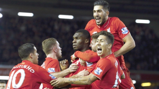 HOME - Liverpool x Leicester - Campeonato Inglês - Benteke e Firmino (Foto: Lindsey Parnaby/AFP)