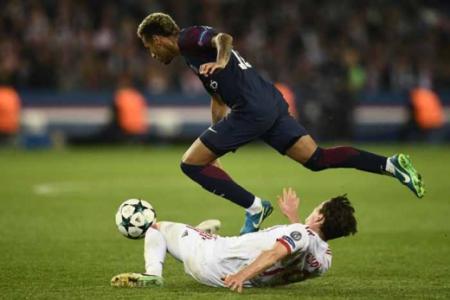 """Neymar (PSG) - Em seu retorno após lesão no pé, Neymar brilhou, fez gol, deu assistência e, de quebra, ainda """"rompeu o gelo"""" com Cavani, uma vez que até se abraçaram em alguns momentos na impactante vitória sobre o Bayern."""