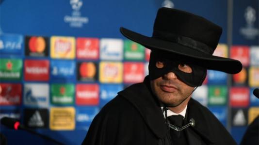 Paulo Fonseca, técnico do Shakhtar, vestido de Zorro