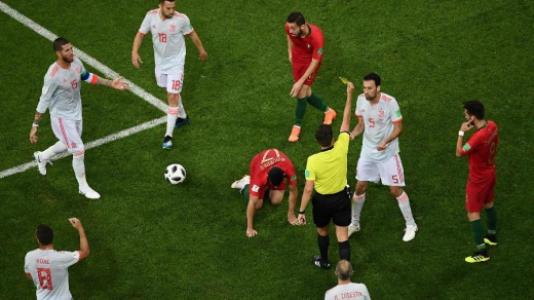 Busquets leva amarelo no jogo entre Espanha e Portugal