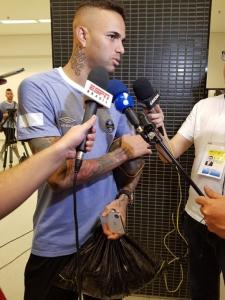 7d005bb2f4009 Gremista Luan recebe camisas do Corinthians para presentear amigos ...