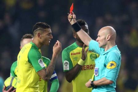 Brasileiro tropeça em árbitro, que revida com chute na canela e vermelho - Paris Saint-Germain x Nantes - 2018