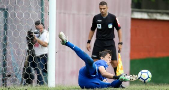 Marcelo defende pênalti (Foto  LUCAS MERÇON   FLUMINENSE F.C.) aca80a2dacc14