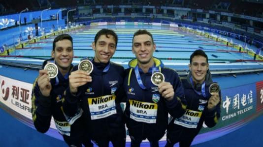 Equipe brasileira do revezamento 4 x 200 m comemora o ouro no Mundial de piscina curta da China (Crédito: Satiro Sodré/CBDA)