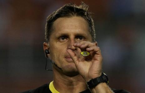 A arbitragem de Vinicius Furlan no jogo de segunda-feira foi contestada pelo Palmeiras
