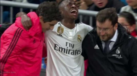 Vinicius Júnior sai chorando