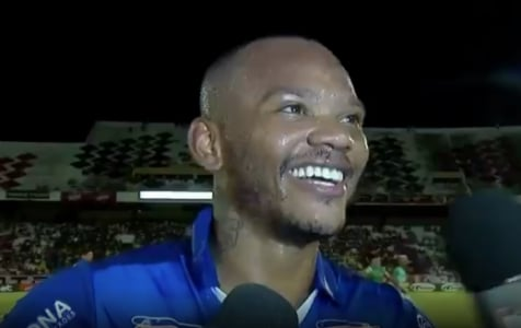 Manga Escobar celebra primeiro gol pelo CSA