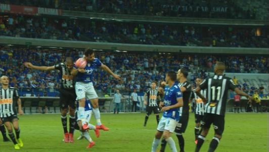 Fred marcou o gol, mas o VAR analisou corretamente que a bola bateu no braço do camisa 9 do Cruzeiro, anulando o terceiro gol da Raposa