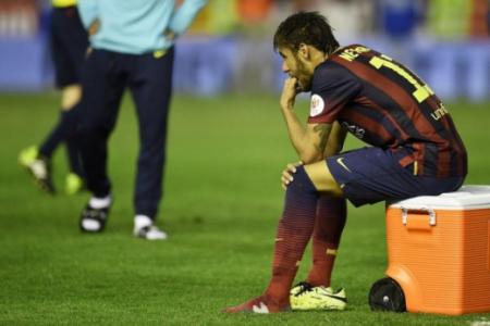 Neymar sentado lesão