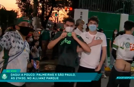 torcedor abaixa a calça ao vivo em reportagem da Gazeta Esportiva