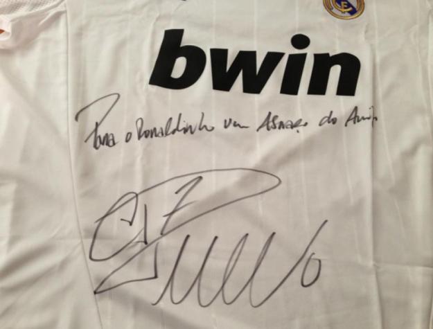 2412dd6b845bb Cristiano Ronaldo recebe camisa do Galo de xará Ronaldinho Gaúcho ...