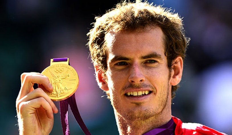 Andy Murray exibe a medalha (Foto: Leon Neal/AFP)