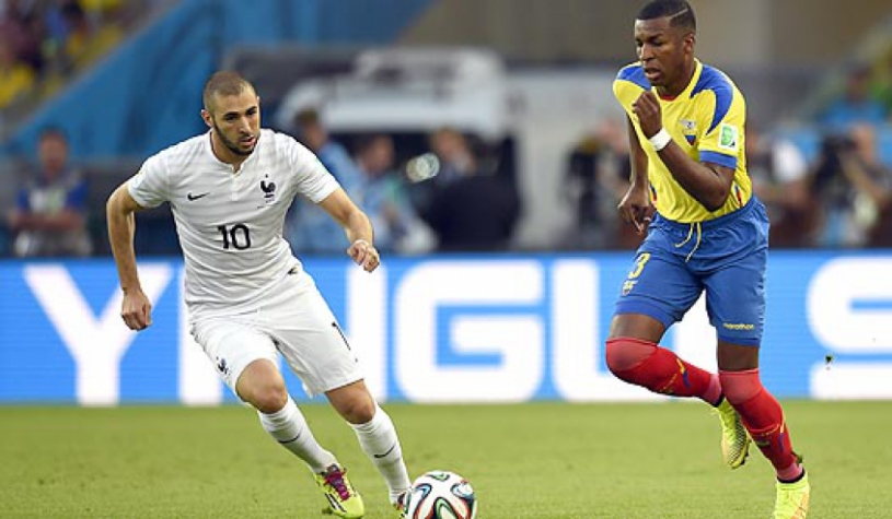 Equador x França - Benzema e Erazo (Foto  Odd Andersen AFP). Benzema não  estará na próxima ... 6ea0ea5ff045c