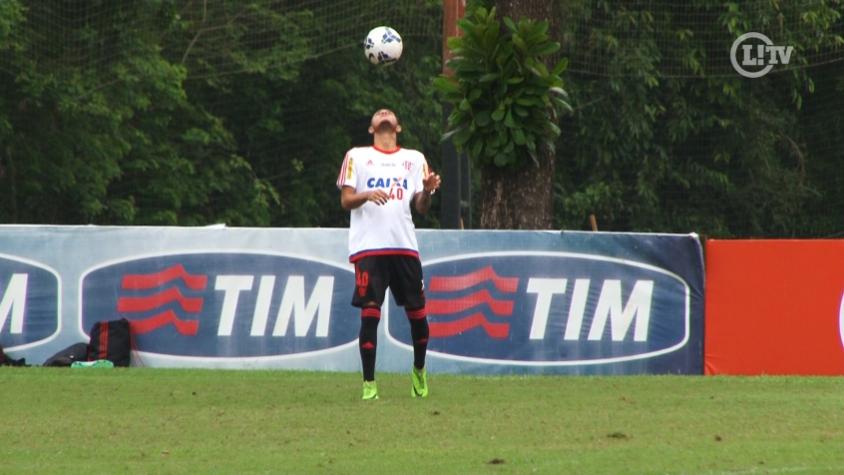 Promessa do Flamengo mostra controle de bola durante treino