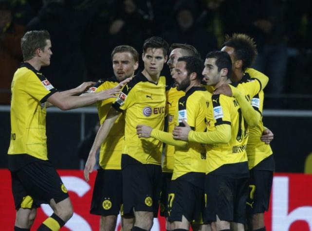 Jogadores comemoram um dos gols do Dortmund (Foto: Nobert Schmidt / AFP)