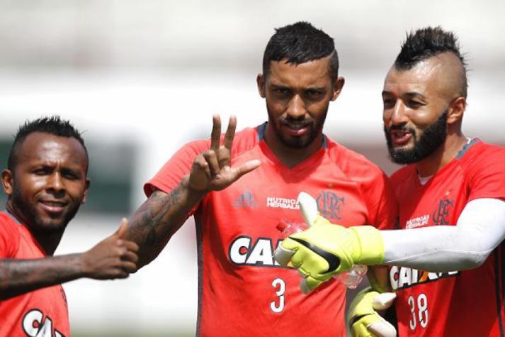 Cesar Martins, ao centro, em treino do Fla