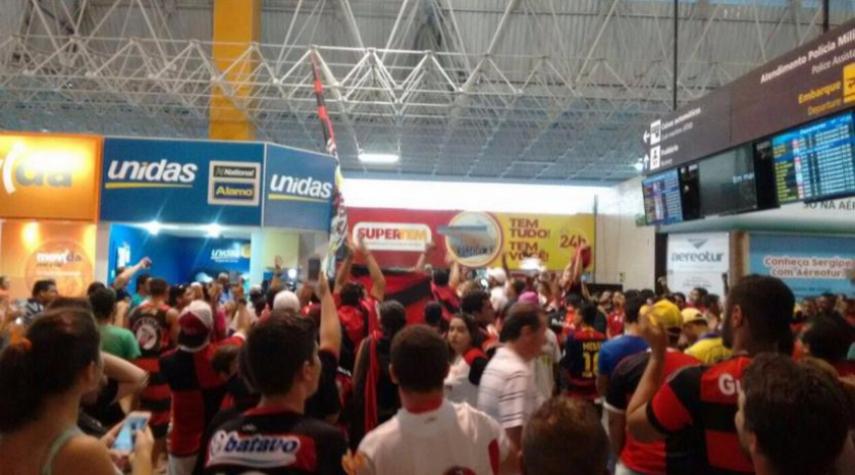 Torcida lota aeroporto para receber o Flamengo em Aracaju (Foto: Reprodução/Twitter)