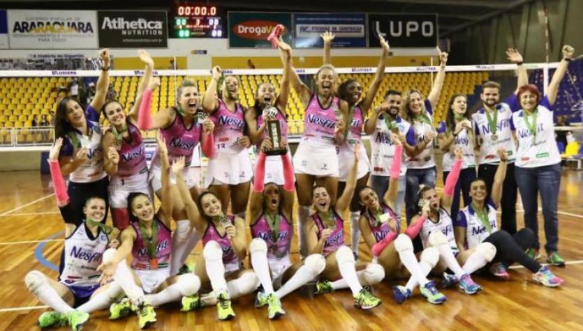 Jogadoras do Nestlé Araraquara comemoram o título da Superliga Feminina B  (Célio Messias/Inovafoto/CBV)