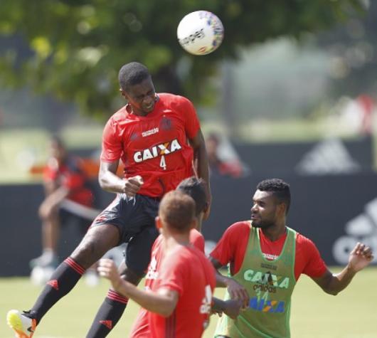 Juan em treino tático do Flamengo (Gilvan de Souza/Flamengo)
