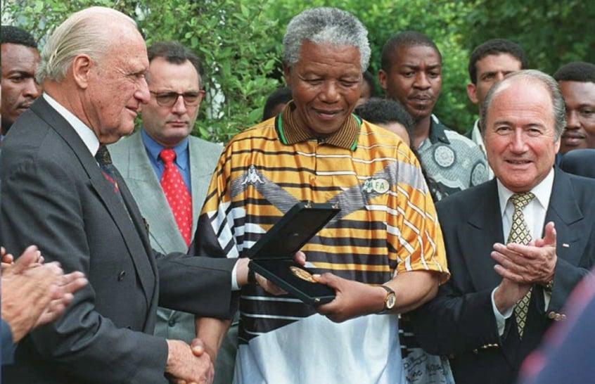 O sul-africano Nelson Mandela é presenteado por João Havelange em 1996 524910f639da2