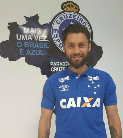 Sóbis posa com a camisa do Cruzeiro (Foto  Divulgação Cruzeiro) d00b27d0c13d8