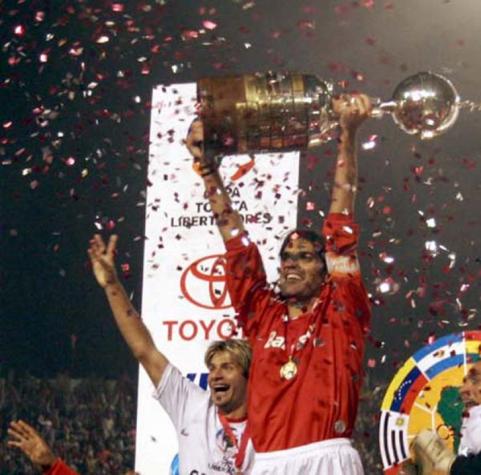 Há 12 anos, Fernandão erguia a primeira conquista de Libertadores do Internacional
