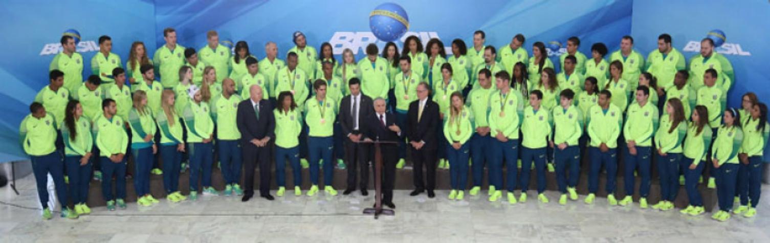 O presidente em exercício Michel Temer, com os atletas dos Jogos Olímpicos Rio 2016