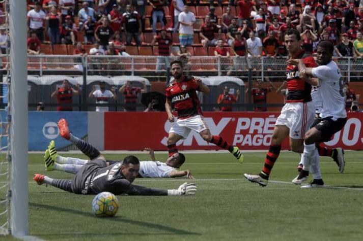 Flamengo vence o Figueirense e mantém cheirinho de hepta no ar