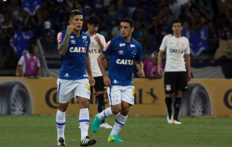 Cruzeiro perdeu por 2 a 1 em São Paulo e venceu por 4 a 2 em Belo  Horizonte. Deu Mano! (Foto  Fernando Michel) d4b7cad62000c