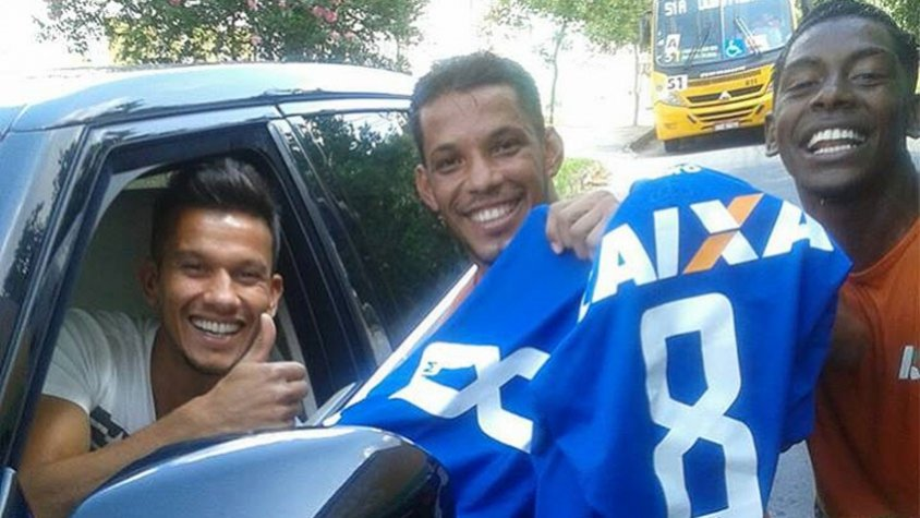 Volante Henrique presenteia garis com camisas do Cruzeiro