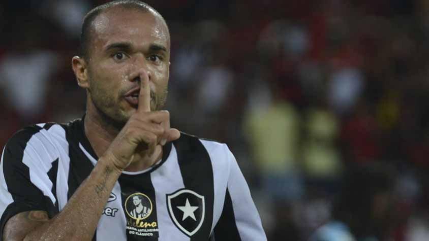 f734957769 Botafogo. Roger fez o gol alvinegro no Nilton Santos