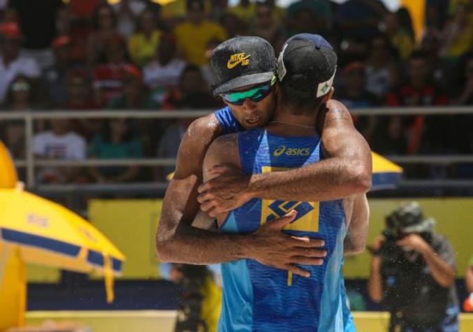 Pedro (frente) abraça Guto após a conquista da medalha de ouro