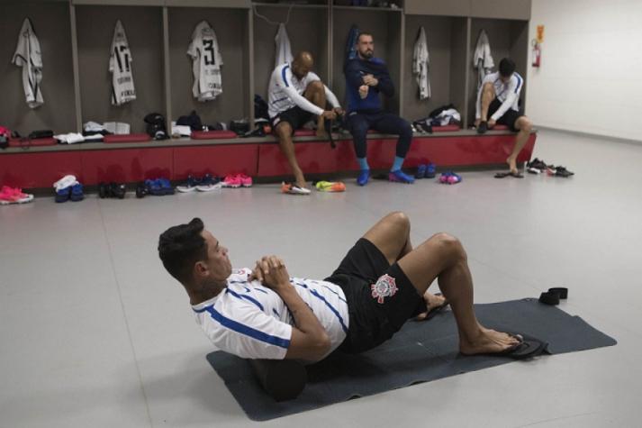 Giovanni Augusto treina com bola e fica perto de volta ao Corinthians