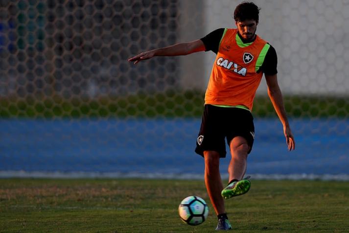 Rabello vem treinando como titular no sistema defensivo do Botafogo (Foto   Vitor Silva-SSPress-BFR) fa568fb6988ea