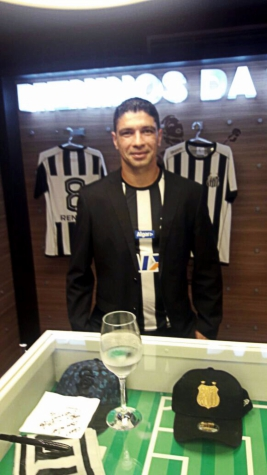 Renato foi um dos destaques no lançamento do novo uniforme do Santos (Foto   Divulgação) 59ce2252f2e37