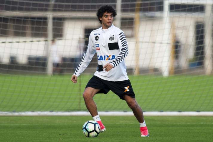 Victor Ferraz é relacionado e reforça Santos para enfrentar o Avaí