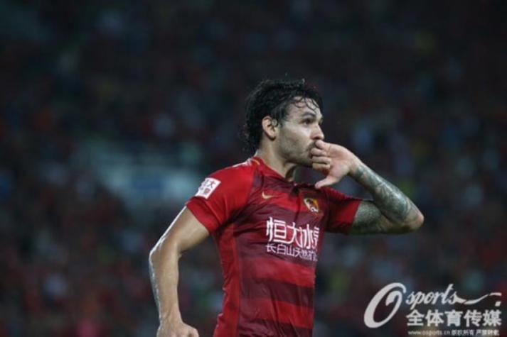 Paulinho força saída da China para rumar a Barcelona — Mercado