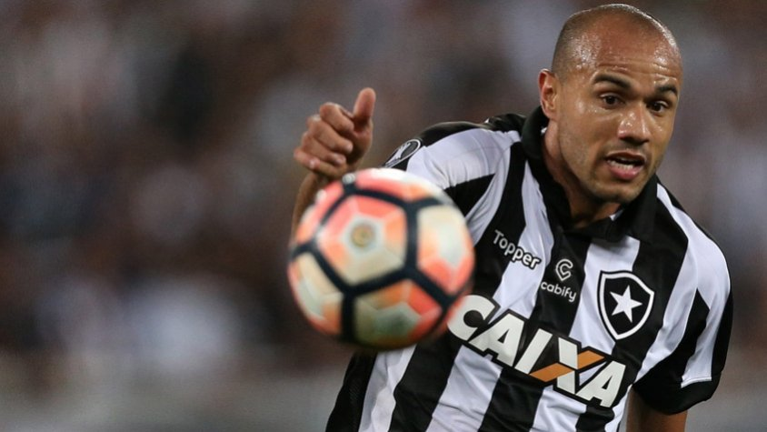 049debcf61 Botafogo é notificado  Roger será jogador do Internacional em 2018 ...