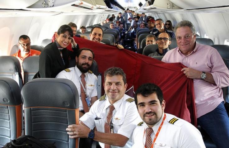 Pagode no ônibus, bandeira no avião e recepção da torcida: Flu volta ao Rio