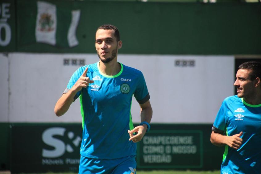 Zagueiro Neto volta a treinar com bola um ano após tragédia