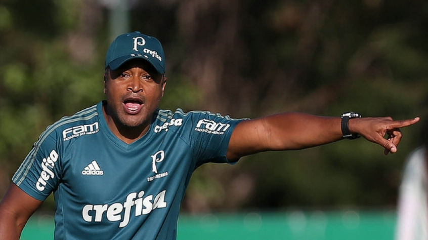 Sob chuva, Roger Machado comanda treino no Palmeiras