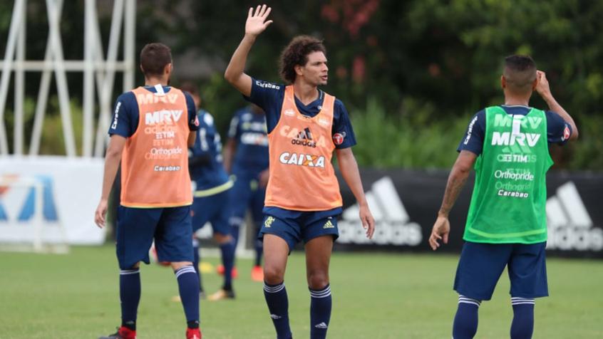 Willian Arão treina com bola e pode ser novidade no clássico contra o Flu