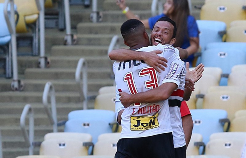 Diego Souza marca e classifica São Paulo, mas sai machucado