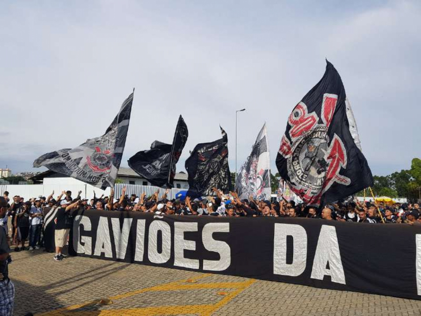 Torcida do Corinthians no CT