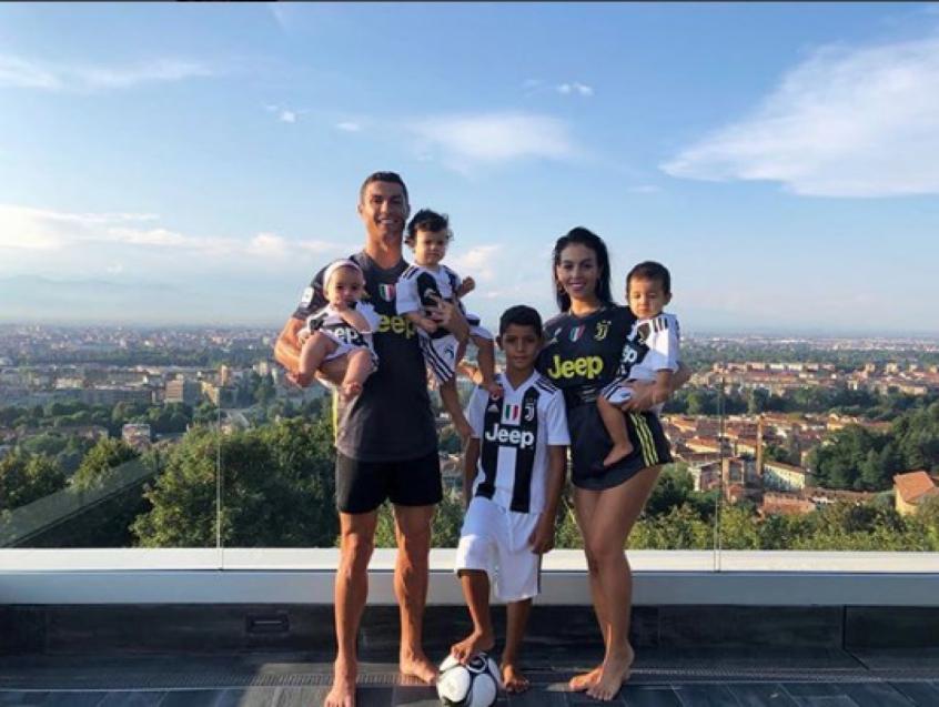 Cristiano Ronaldo e família posam vestidos de Juventus 8b1359f14e78b