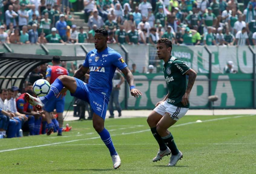 Ele pode jogar um dia no Cruzeiro, diz Léo sobre Deyverson