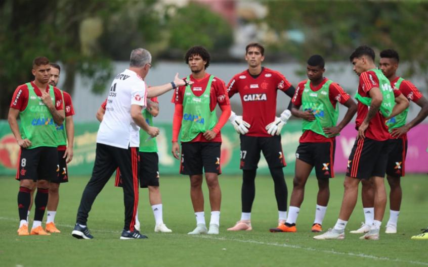 Em dia de testes feitos por Dorival, colombiano ganha chance como titular