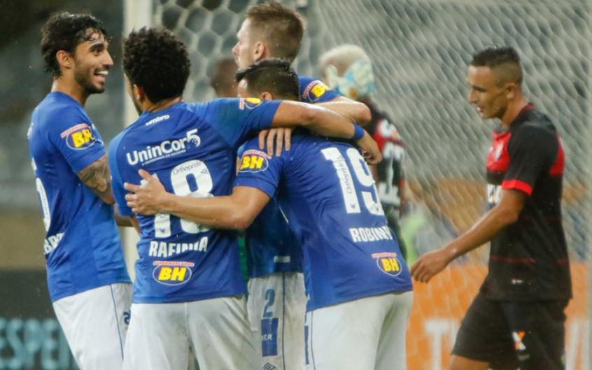 Fred marca dois e Cruzeiro complica ainda mais a vida do Vitória ... fb7b2bf658bba